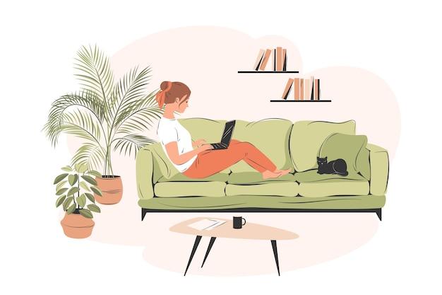 Дистанционная работа женщина, работающая из дома, сидит на диване студент или фрилансер