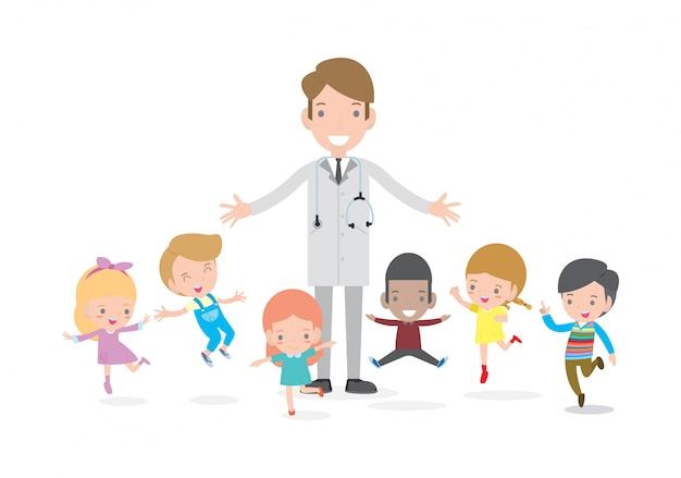 医者と子供たち。子供たちと一緒に立っている医者、