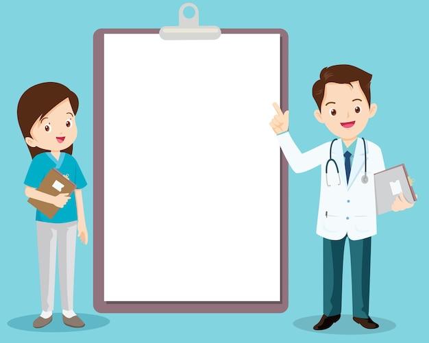 정보 게시판 옆에 서있는 의사와 간호사는 텍스트를 배치 할 수 있습니다.