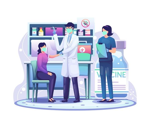 女性にコロナウイルスワクチンを接種しているクリニックの医師