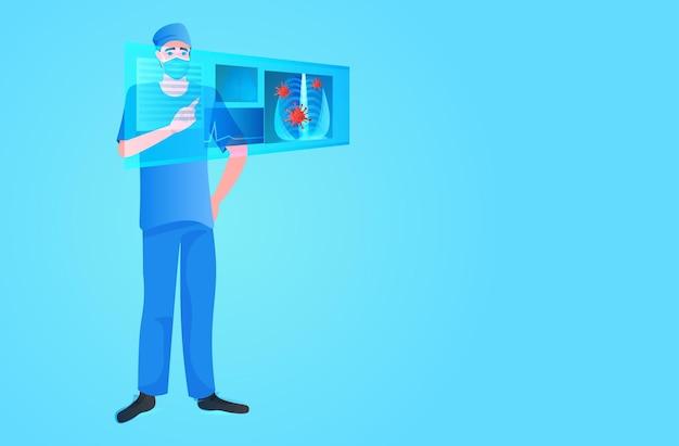 Врач в маске исследует рентгеновский снимок симптомов вирусной пневмонии клетки коронавируса борются с концепцией covid-19