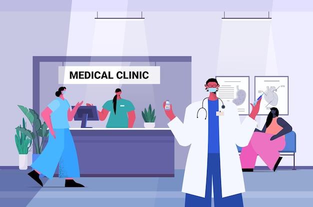 Covid-19ワクチン注射ワクチン接種免疫化ヘルスケアコンセプト医療クリニックインテリア水平ベクトルイラストのボトルバイアルを保持しているマスクの医師