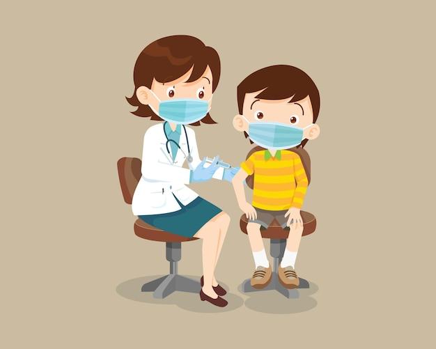 免疫の健康のための保護医療マスを身に着けている子供男の子のための医師の注射ワクチン