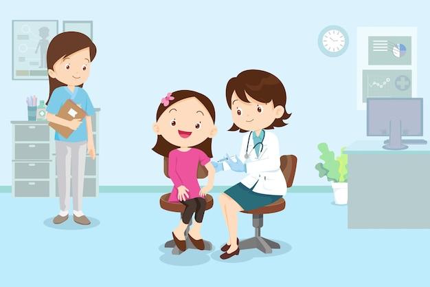 병원에서 어린이 소녀를위한 의사 주사 백신