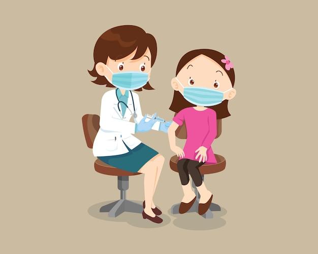 免疫の健康のための保護医療マスクを身に着けている子供の女の子のための医師の注射ワクチン