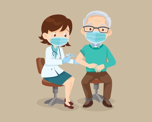 免疫の健康のための保護医療マスクを身に着けている老人のための医師の注射ワクチン