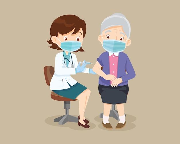 免疫の健康を保護するために身に着けている年配の女性のための医者の注射ワクチン