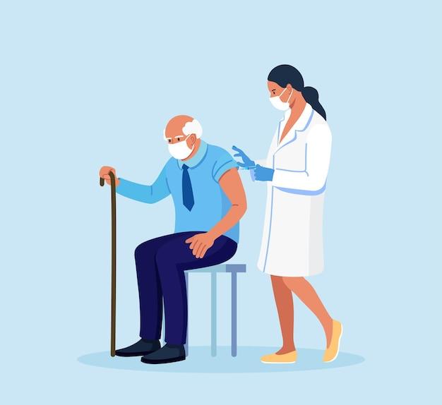 Врач, медсестра делает прививку от коронавируса пожилому мужчине. вакцинация пожилым людям для укрепления иммунитета здоровья от covid-19. иммунизация взрослых