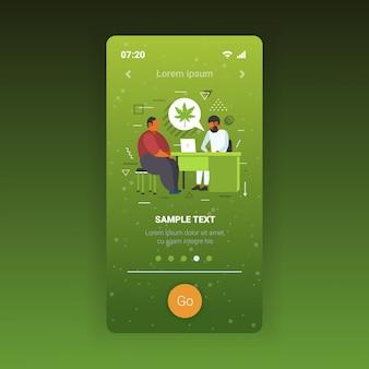 개인 사용 법적 약물 소비 의학 개념 스마트 폰 화면 모바일 응용 프로그램 복사 공간 전체 길이 남자 환자 대마초에 의료 마리화나를 제공하는 의사