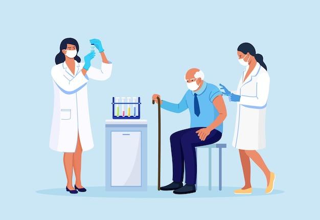 의사나 간호사가 노인 환자에게 예방 접종을 합니다. 코로나바이러스, 독감, 기타 바이러스, 감염 또는 질병에 대한 예방 접종. 약과 주사기. 코로나 백신으로 성인의 예방 접종