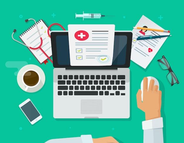 Врач, работающий на ноутбуке, исследует медицинскую карту или страховку на рабочем столе