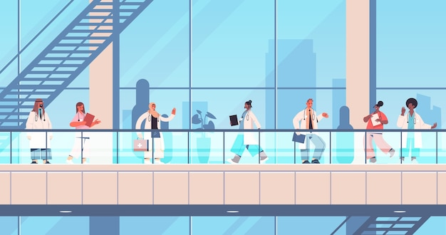 制服立って一緒に医師は医療ヘルスケアの概念の会議中に議論するレース医療労働者チームを水平方向の建物外観を構築