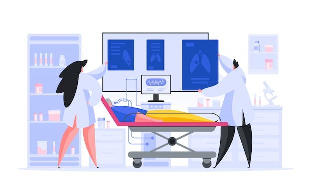 노인 환자의 x 선 사진을 검사하는 의사