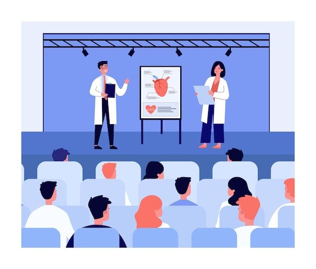 聴衆の前で心臓病の新しい治療法を提示する医師