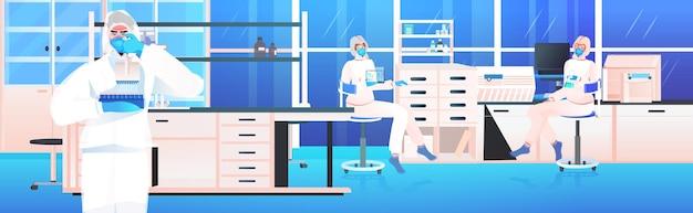 Covid-19 개념에 대한 병원 실험실 백신 개발 싸움에서 함께 일하는 의사 팀