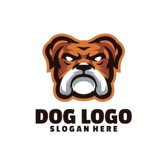 白で隔離される犬の怒っているロゴ