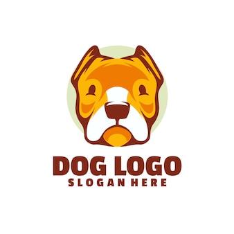 白で隔離される犬のロゴ