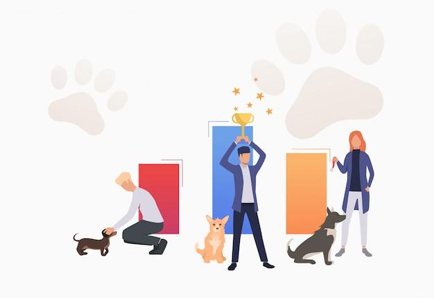 Владельцы собак держат трофей и празднуют победу