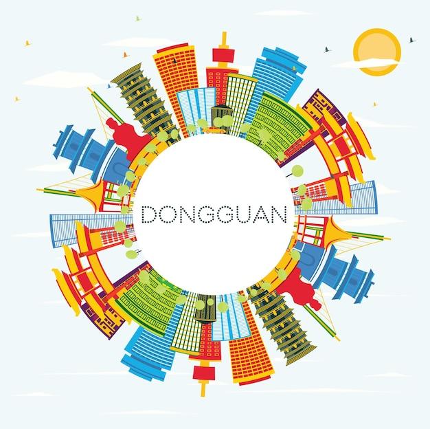 컬러 건물, 푸른 하늘 및 복사 공간이 있는 동관 중국 도시의 스카이라인. 벡터 일러스트 레이 션. 현대 건축과 비즈니스 여행 및 관광 개념입니다. 랜드마크가 있는 둥관 도시 풍경.