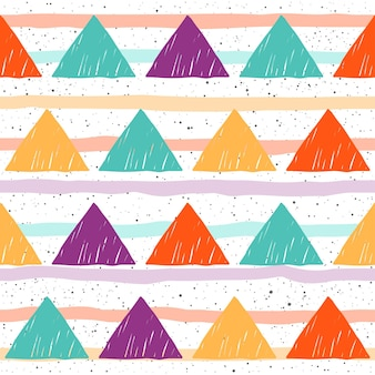 落書き三角形のシームレスな背景。白いカバーで隔離の幼稚な三角形。カード、tシャツ、バッグのデザイン、アルバム、スクラップブック、休日の包装紙、織物、衣服、壁紙などのパターン。