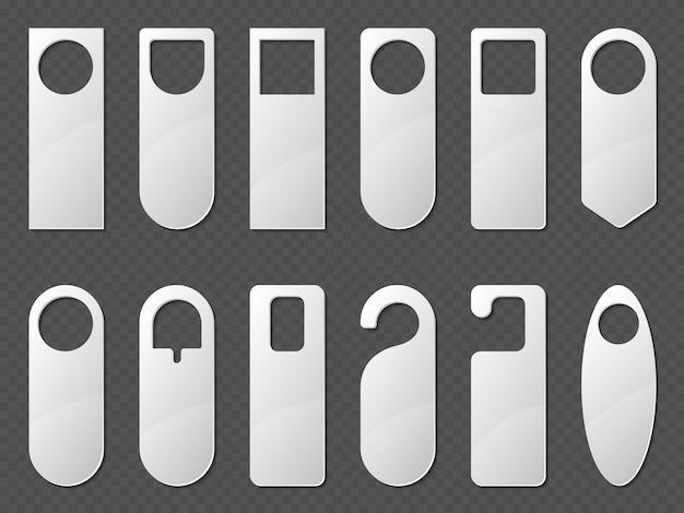 Set di mockup di grucce per porta. carta bianca o etichette vuote di plastica di varie forme per la camera della maniglia dell'hotel