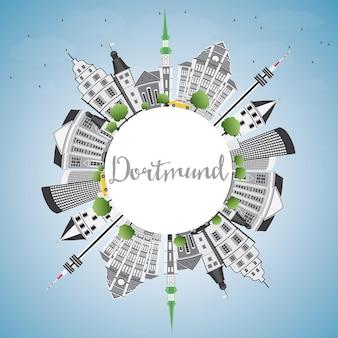 Горизонт дортмунда с серыми зданиями, голубым небом и копией пространства. векторные иллюстрации. деловые поездки и концепция туризма с исторической архитектурой. изображение для презентационного баннера и веб-сайта.