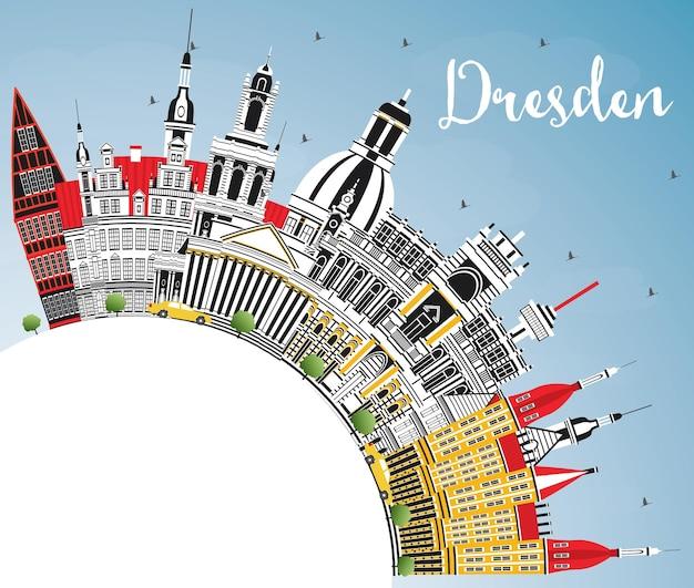 Горизонты города дрезден германия с цветными зданиями, голубым небом и копией пространства. векторные иллюстрации. деловые поездки и концепция туризма с исторической архитектурой. городской пейзаж дрездена с достопримечательностями.
