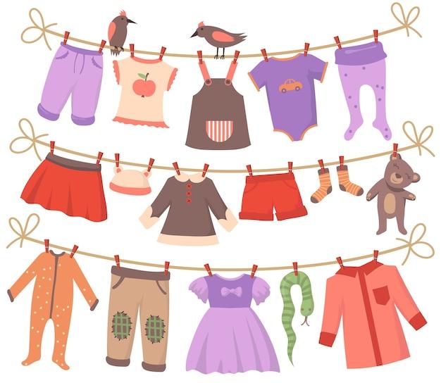 ベビー服セットの乾燥。鳥と一緒にロープにぶら下がっている小さな体、ドレス、ズボン、ショーツ、靴下、パジャマ、おもちゃをきれいにします。幼児の衣服、親子関係、洗濯の概念のためのベクトルイラスト集