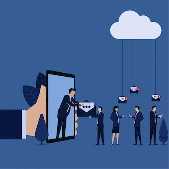 ビジネスマンは、eメールマーケティングの推進のために皆にeメールを与えます。