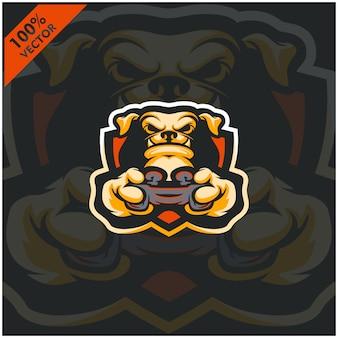 犬のゲーマーがゲームコンソールのジョイスティックを保持しています。 eスポーツチームのマスコットロゴデザイン。