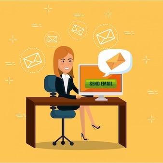 Eメールマーケティングのアイコンが付いているオフィスの女性実業家