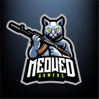 分離されたeスポーツとスポーツのロゴの彼の手のマスコットに銃を持つ猫