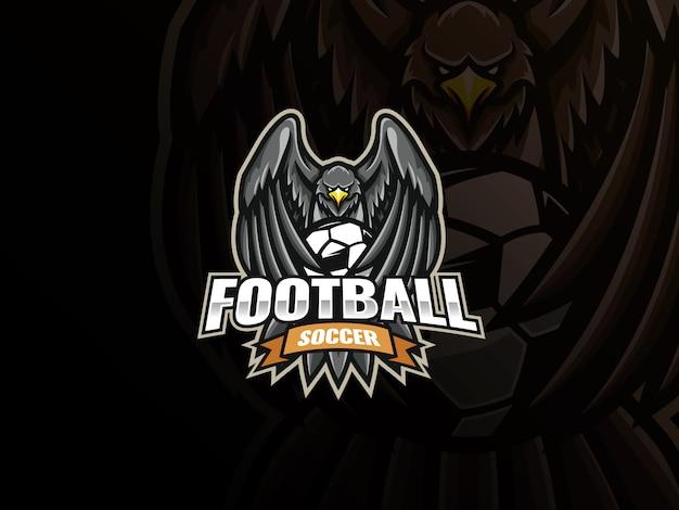 イーグルマスコットスポーツロゴデザイン。イーグルサッカーマスコットベクトルイラストロゴ。イーグルはサッカーボールを翼で覆い、