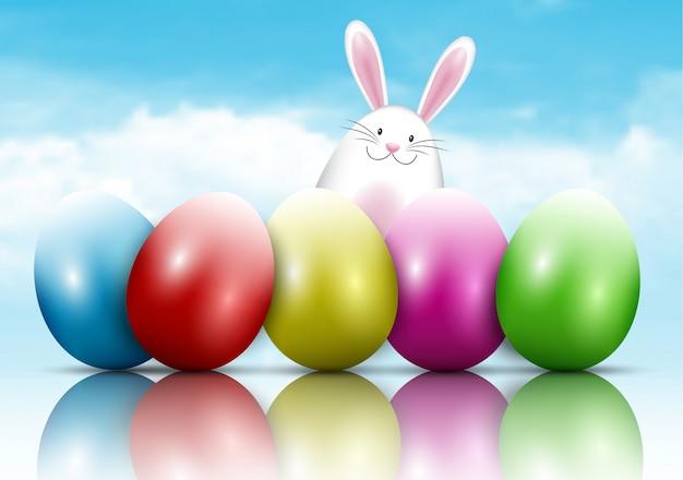 Coniglietto di pasqua e uova su uno sfondo di cielo blu