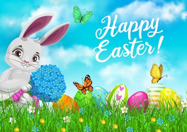 Пасхальный кролик с цветами и яйцами в зеленой траве