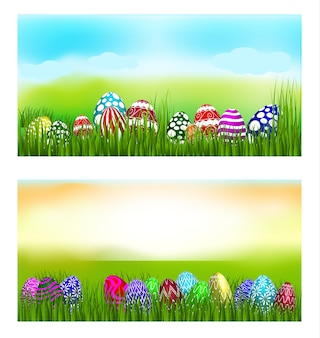 잔디에서 다채로운 계란 위에 부활절 테마.