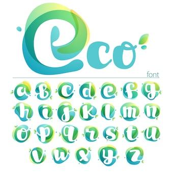エコロジー小文字のアルファベット。緑の葉と重なっている水彩フォント。ベクターグリーンテンプレートは、ビーガン、バイオ、生、オーガニックに使用できます。