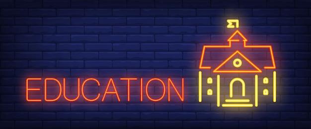 Testo al neon di educazione con edificio scolastico o universitario