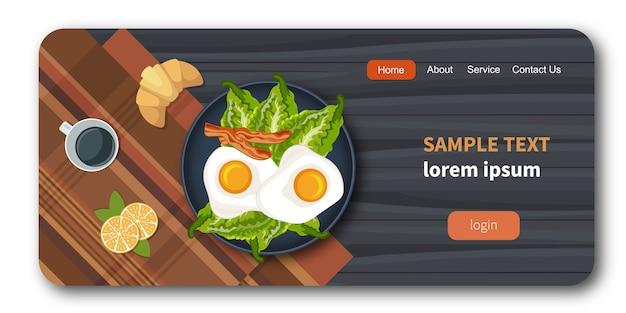 Яйца на тарелке со здоровыми овощами