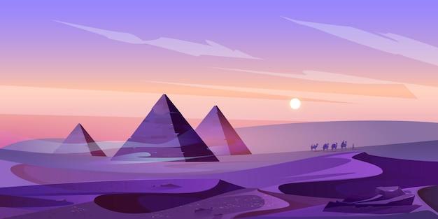 夕暮れの砂漠のエジプトのピラミッドとナイル川