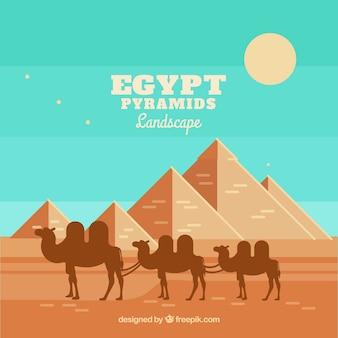 Египетский пейзаж пустыни с пирамидами и караваном