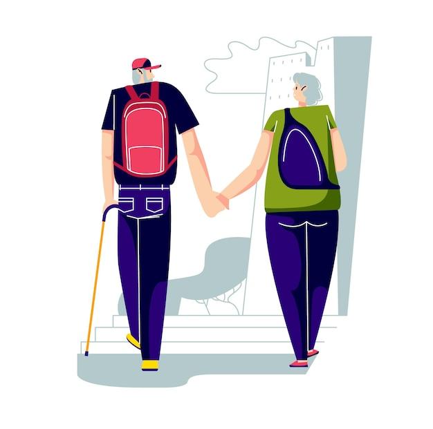 Пожилые активные мужчина и женщина с рюкзаками гуляют по городу вместе после выхода на пенсию