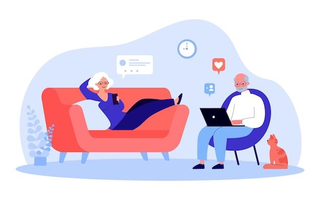 Пожилая пара отдыхает в гостиной с помощью гаджетов. плоские векторные иллюстрации. современные пенсионеры с помощью смартфона и ноутбука, общаются в интернете. семья, технологии, концепция социальной сети