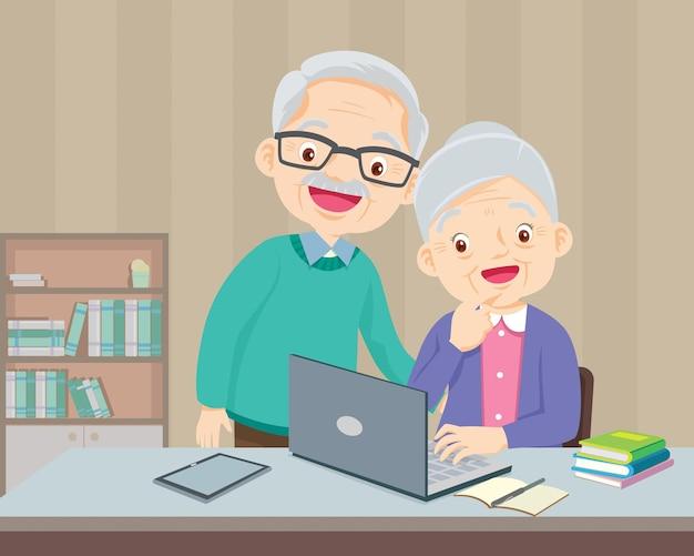 自宅でラップトップコンピューターを使用している老夫婦はとても幸せです、ラップトップコンピューターを使用して自宅で年配のカップル