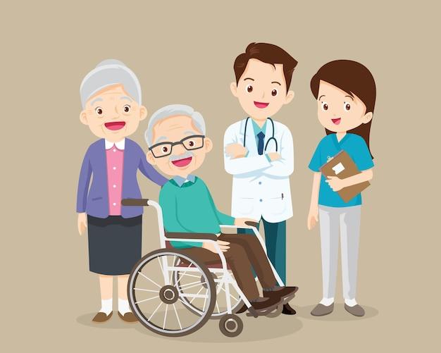 노인은 의사가 돌보는 휠체어에 앉아 있습니다.