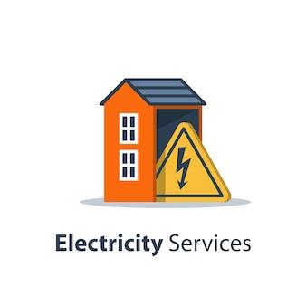 Услуги по ремонту и техническому обслуживанию электроэнергии, дом со знаком треугольника высокого напряжения, электробезопасность, плоский дизайн, иллюстрация