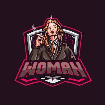 Элегантная женщина с логотипом талисмана в смокинге