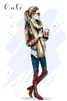 Элегантная красивая молодая женщина с бумажной кофейной чашкой