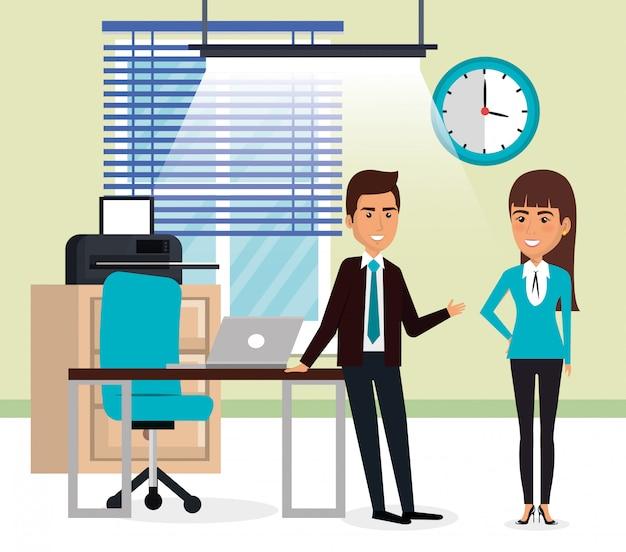 Элегантные деловые люди в офисе