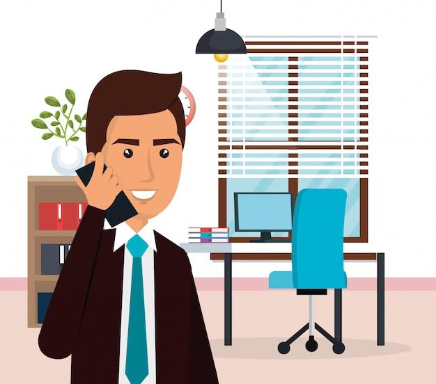 Элегантный бизнесмен в офисе
